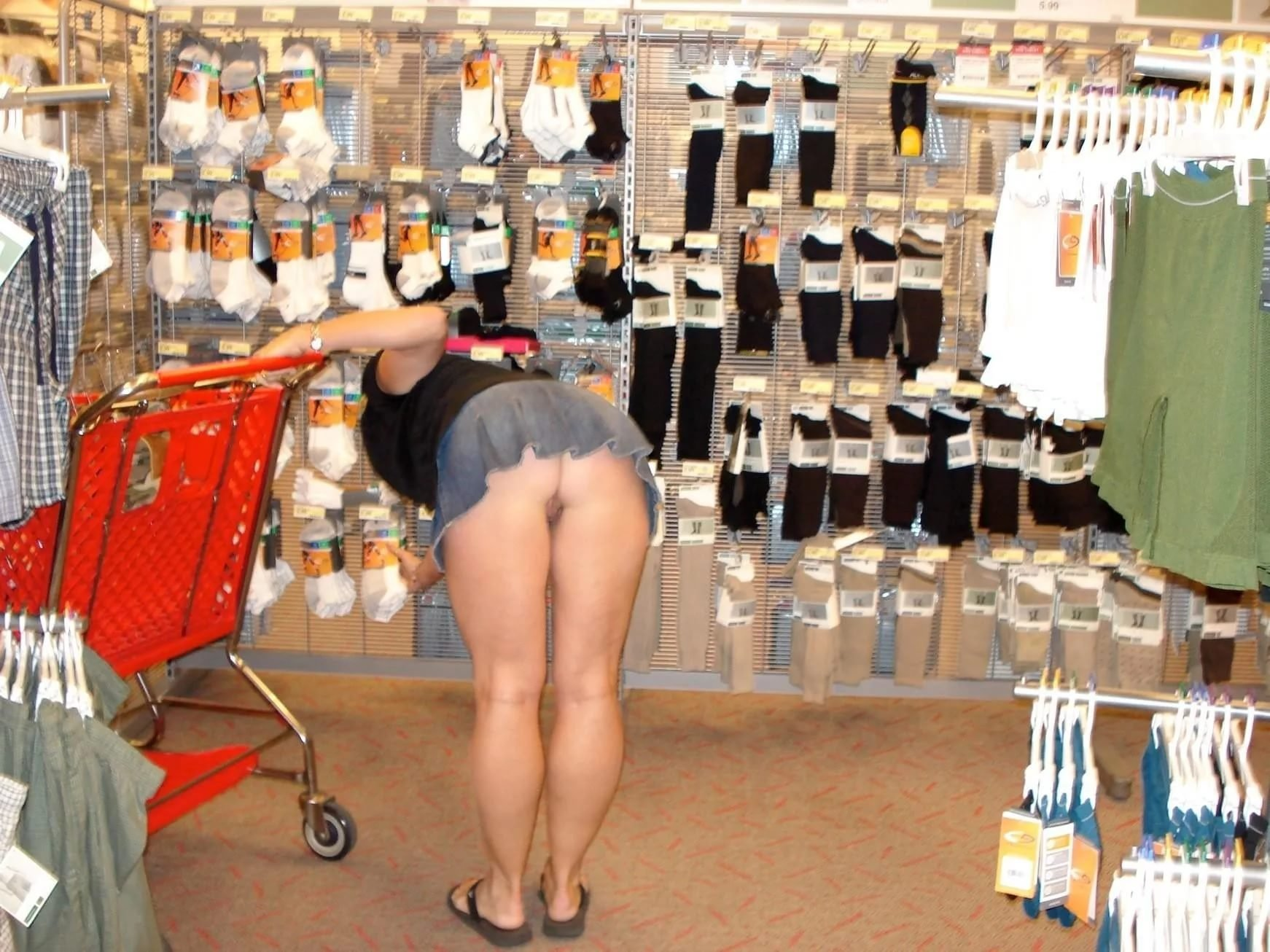 Девчонки ходят по магазинам без трусов видео