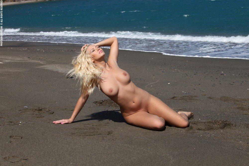 Гол девушки фото на пляже